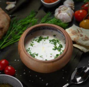 Spas, Սպաս - matsun-based soup. Ingredients: matsun, water, wheat or rice, egg, salt, herbs. Serves - cold or hot.